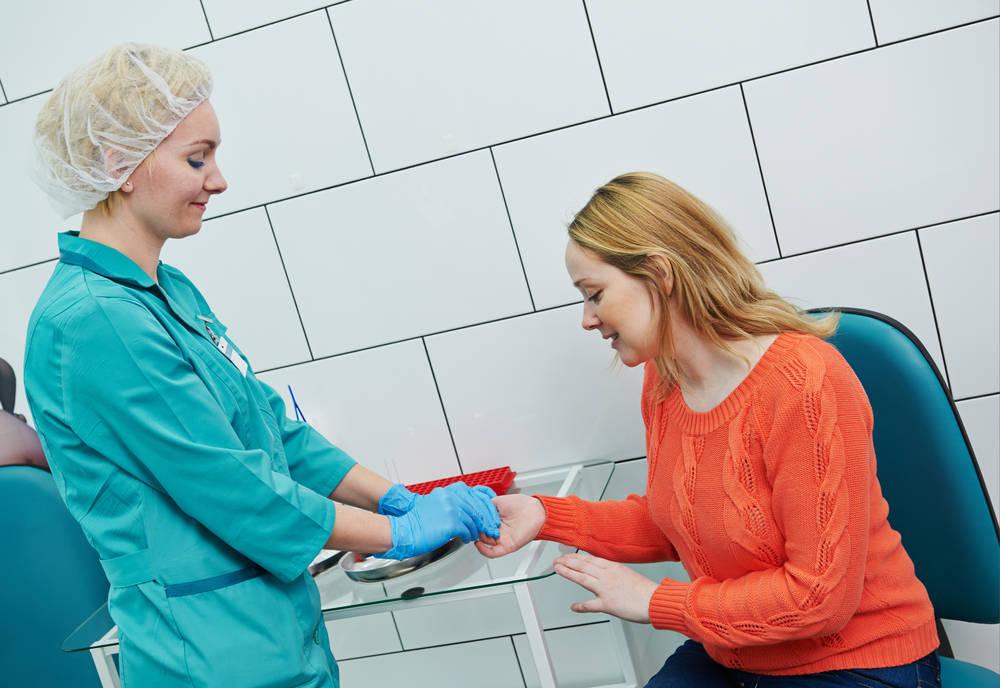 забор крови для теста на наркотики