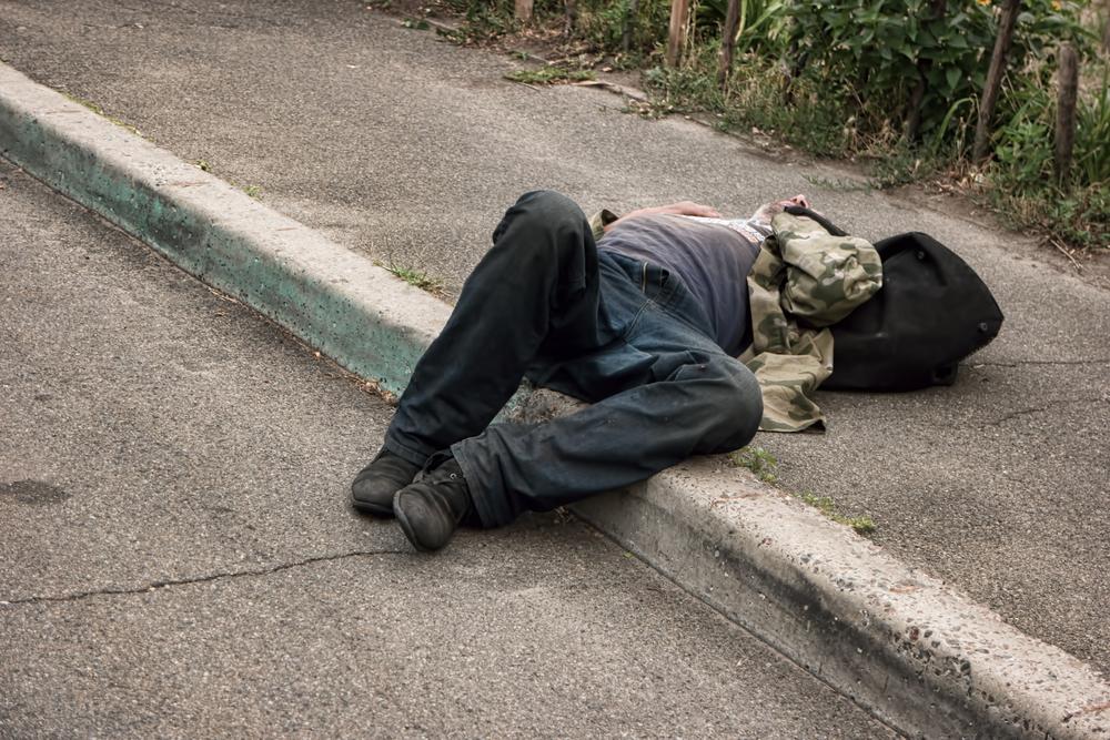 Запойный алкоголик на улице фото клиника Нармед
